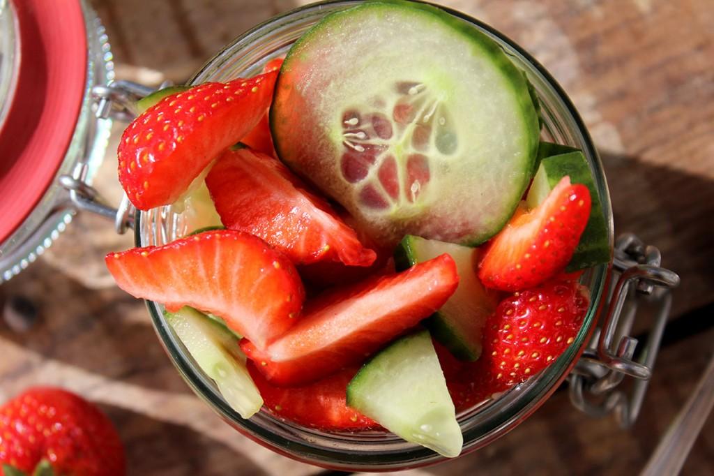 Overnight Oats mit Ginger Ale, Gurke und Erdbeeren