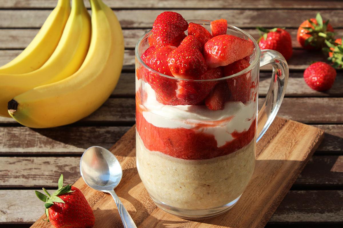Overnight-Oats-Bananenmilch-Rhababer-Erdbeeren