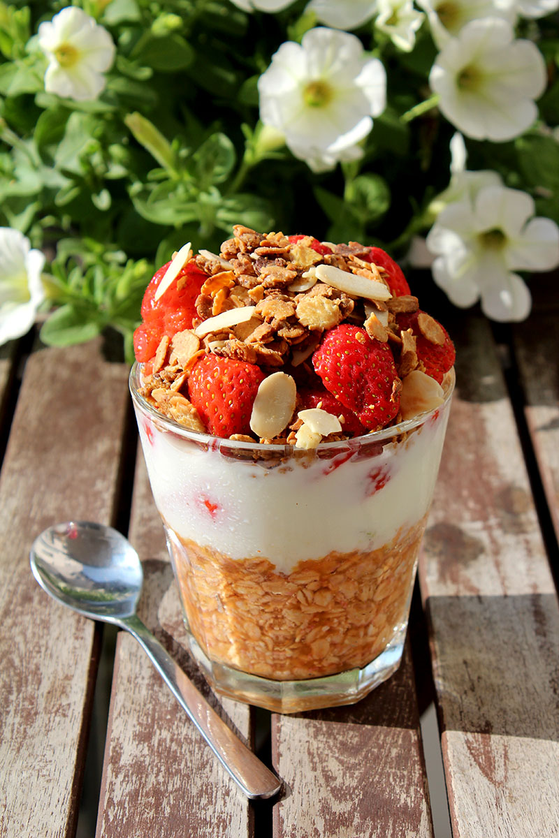 Overnight-Oats-Blutorange-Buttermilch Erdbeeren-Granola