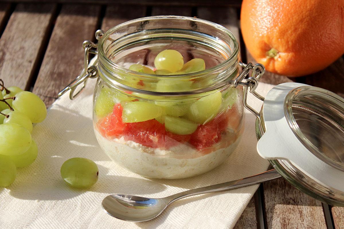 Ovenight-Oats-Melone-Joghurt-Grapefruit-Weintraubend Weintrauben
