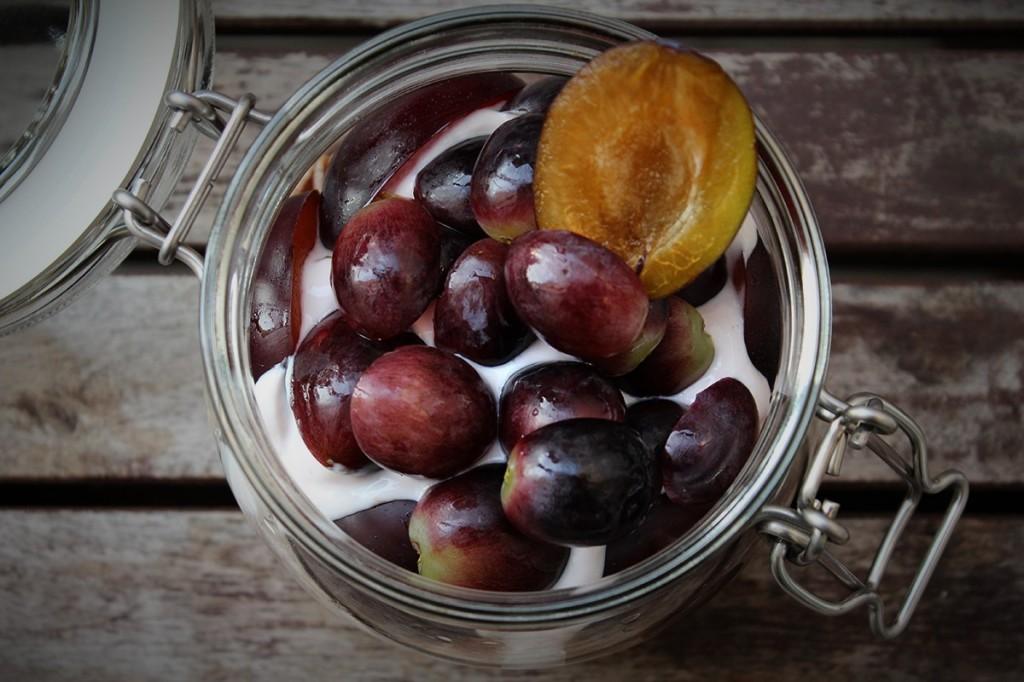 Blau und lecker: Overnight Oats mit Trauben und Pflaumen