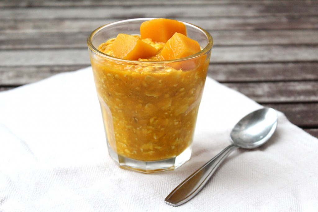 Sonnige Overnight Oats mit Mango, Orange und Kurkuma