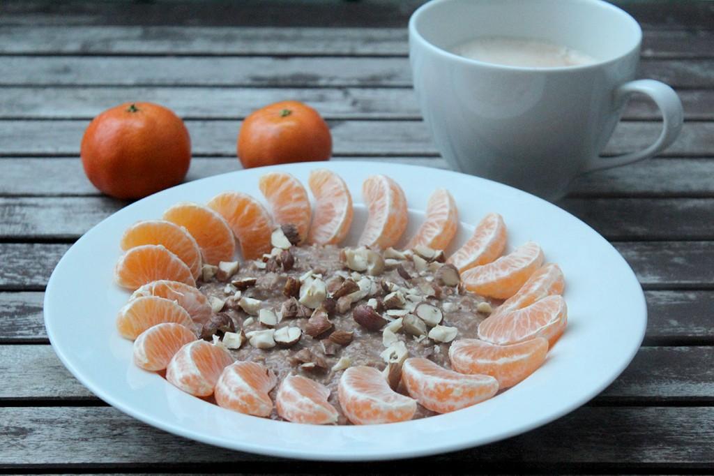 Ein warmes Frühstück für kalte Wintertage: Nutella-Porridge mit Manderine und Haselnuss