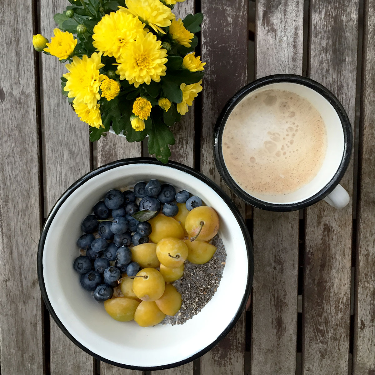 mandelmilch m sli mit mirabellen blaubeeren und chia overnight oats. Black Bedroom Furniture Sets. Home Design Ideas