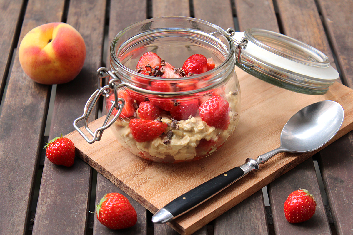 Overnight-Oats-Pfirsich-Erdbeeren-Kakaonibs