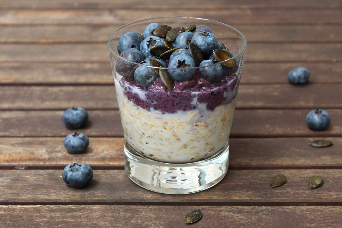 overnight oats mit blaubeer chia pudding overnight oats. Black Bedroom Furniture Sets. Home Design Ideas