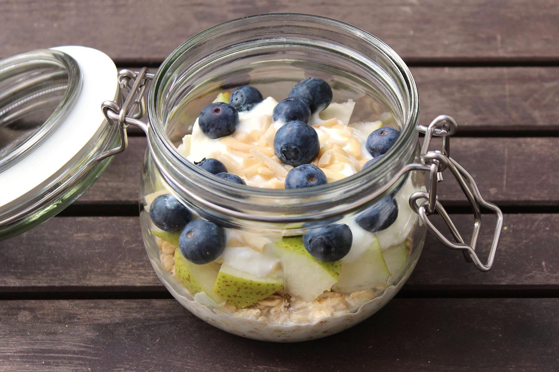 Overnight-Oats-Birne-Heidelbeer-Mandel-Joghurt