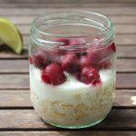 Proteinreiche Overnight Oats mit Limettenmilch und Kirschen