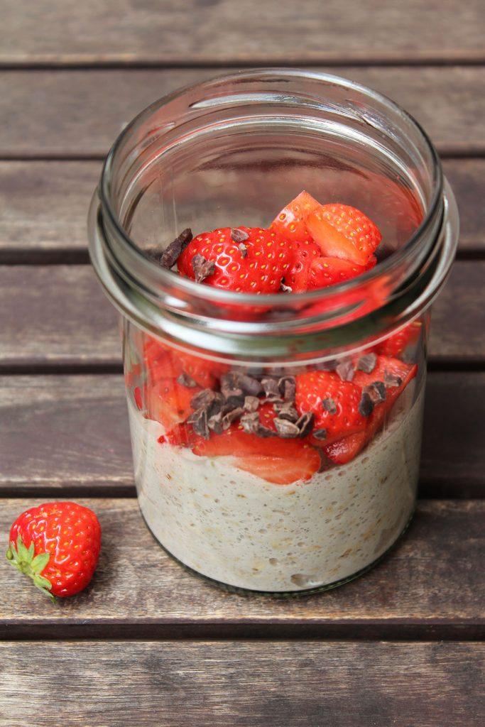 Cashewmilch-Overnight-Erdbeer-Banane