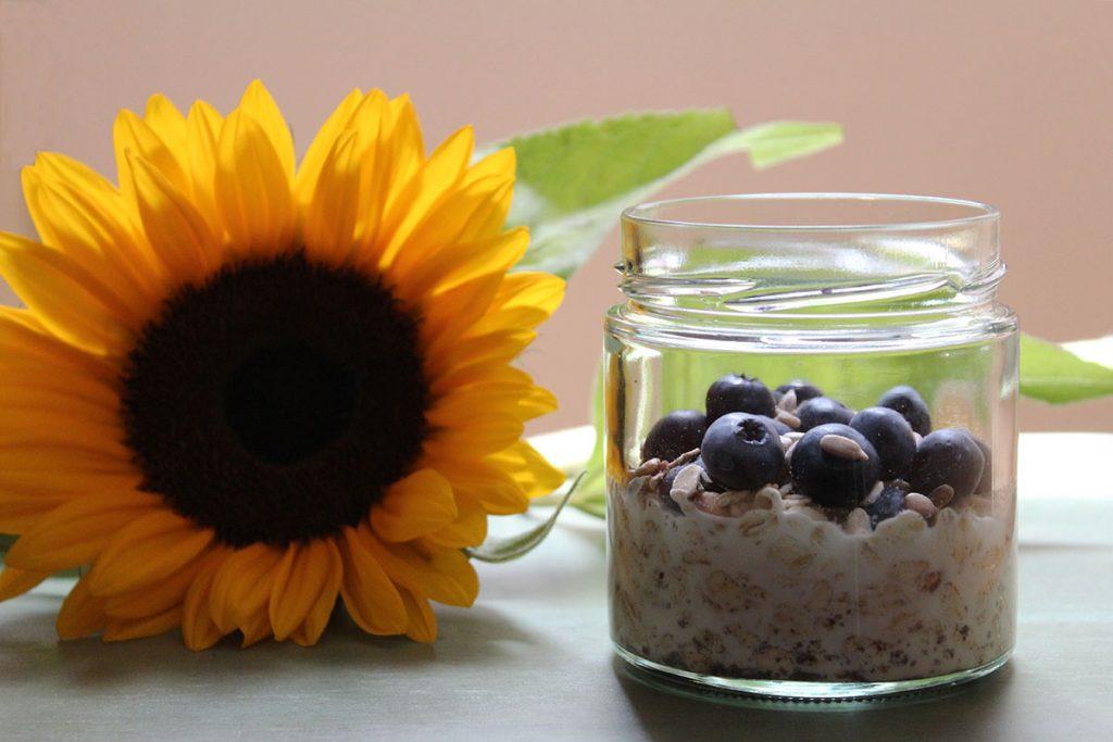 Overnight-Oats-Vanillemilch-Heidelbeeren-Sonnenblumenkerne