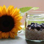 Vanillemilch-Oats mit Blaubeeren und Sonnenblumenkernen