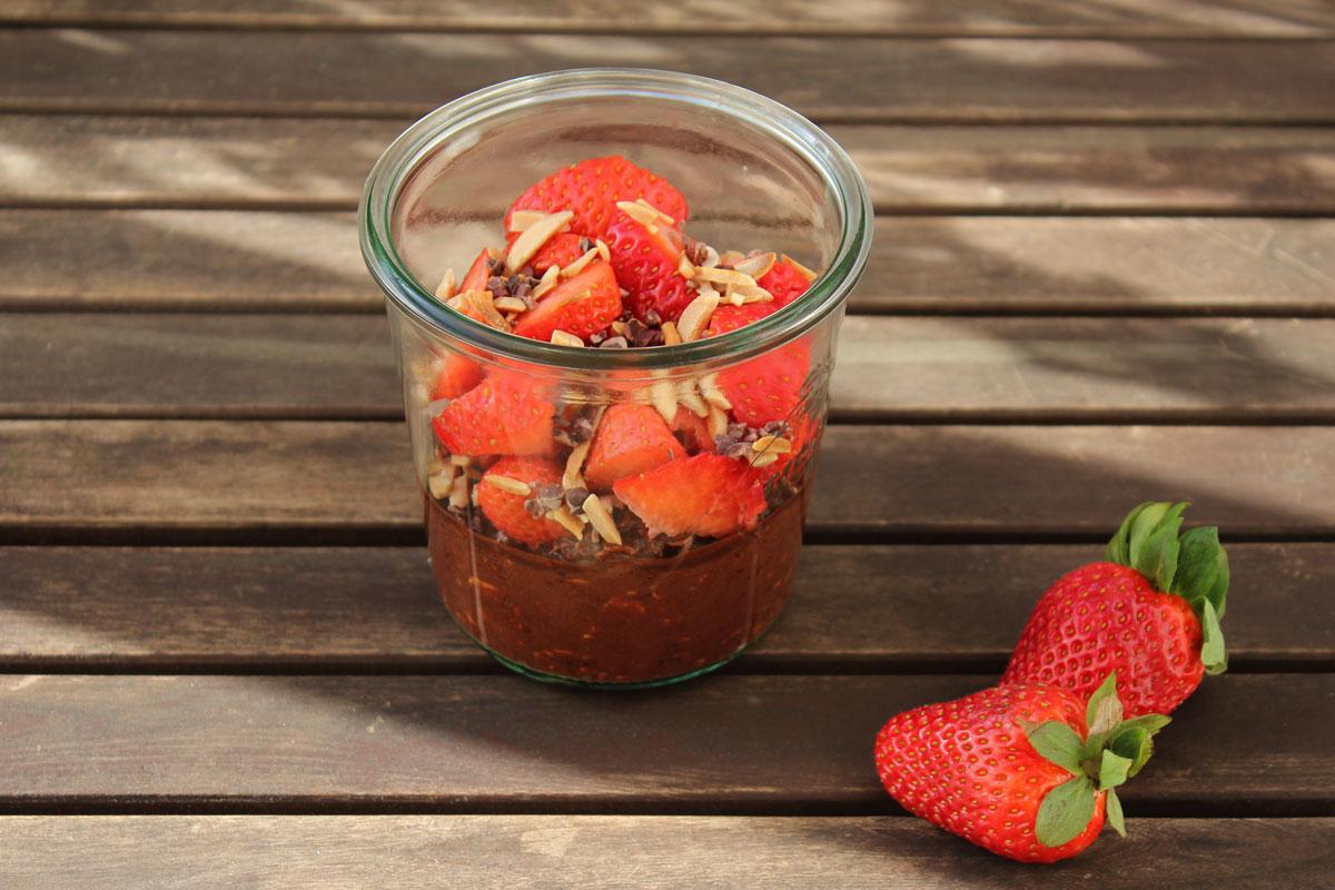 Overnight Oats mit Schokolade und Erdbeeren