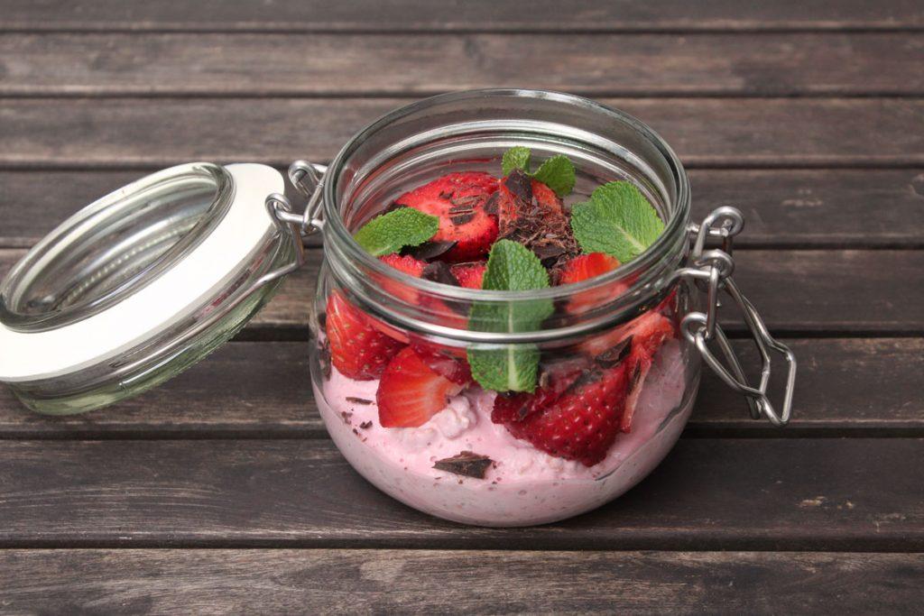 Overnight Oats mit Erdbeeren, Schokolade und Minze